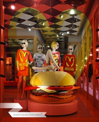 dailyshopwindow-vitrines-creatives-creative-windows-vitrines-magasins-windows-shop-moschino_14mar02